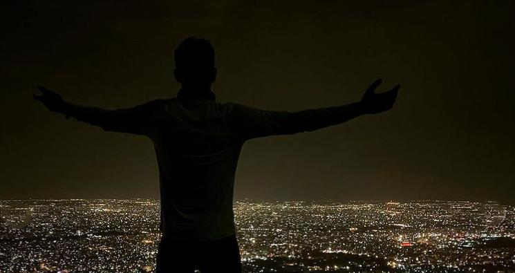 کوه صفه از جاهای دیدنی اصفهان در شب